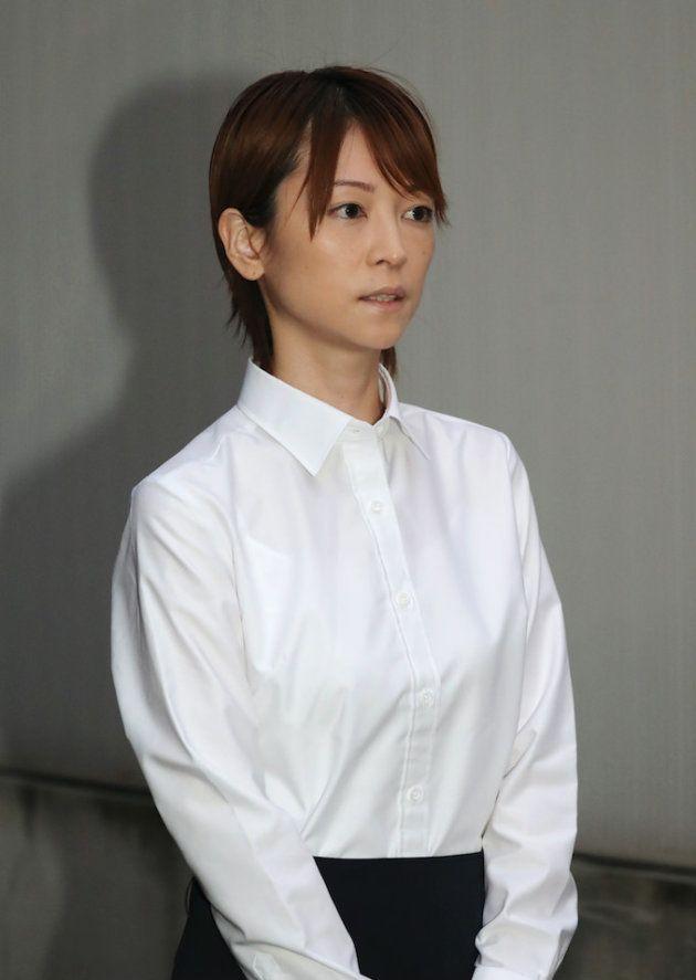 保釈され、報道陣の前に姿を現したアイドルグループ「モーニング娘」元メンバーでタレントの吉澤ひとみ被告。道交法違反(ひき逃げ)などの罪で起訴=9月27日、東京都渋谷区の警視庁原宿署