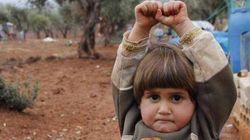 なぜシリア難民の少女は、カメラに向かって悲しげに両手を挙げたのか