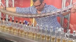 17杯のカクテルを一度に注ぐバーテンダーのスゴ技を見よ(動画)