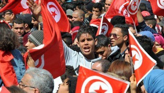チュニジアで1万2000人が犠牲者を追悼 バルドー博物館テロ事件(画像)