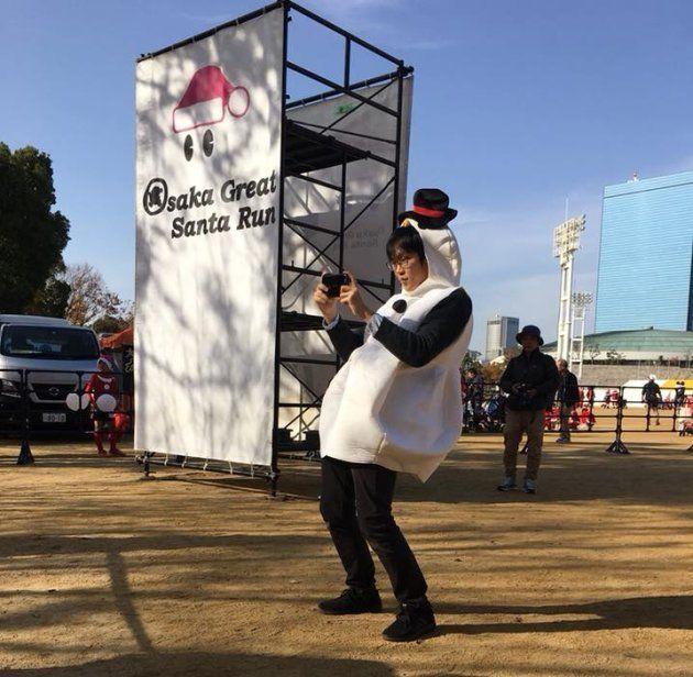 大阪グレートサンタランのゴール付近で参加者の写真を撮る小坂さん(本人提供)
