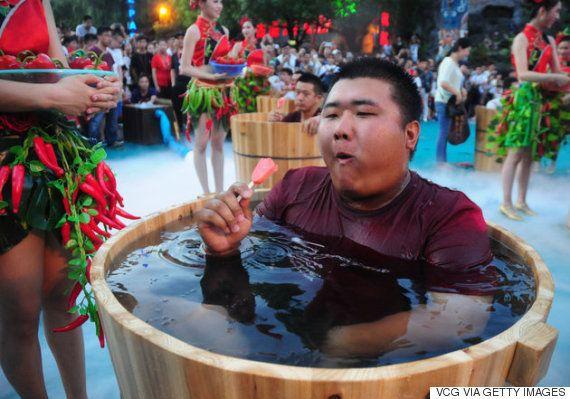 唐辛子を食べながら氷水の風呂桶に入っている中国人たち。一体何をやっているんだ?(画像)