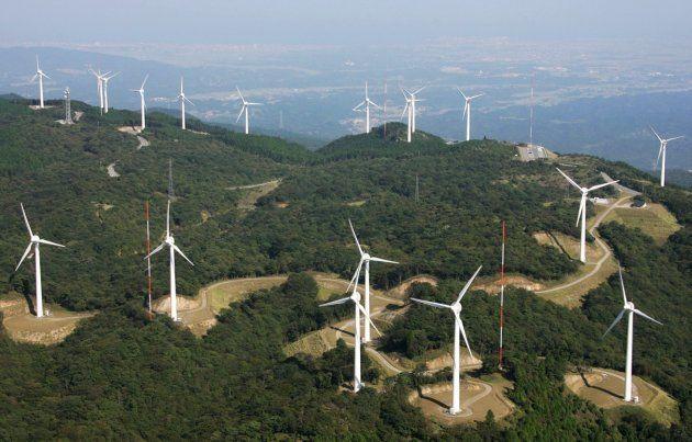 風力発電用の巨大風車が林立する三重県津市の青山高原=2006年9月撮影