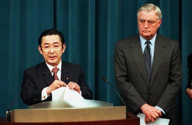 沖縄米軍基地縮小(普天間基地返還に合意)について会談後、共同会見する橋本龍太郎首相(左)とモンデール駐日米大使(東京・首相官邸)=1996年4月12日