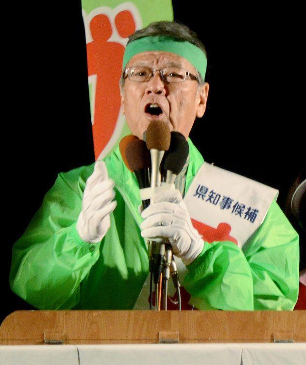 沖縄県知事選挙で支持を訴える翁長雄志氏=2014年11月15日夜、沖縄県那覇市