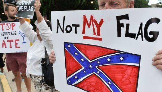 「レイシストの旗を降ろせ!」銃乱射事件で揺れるアメリカ