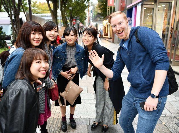 路上で出会った女性らと記念撮影するヤバタン(右)=東京・表参道