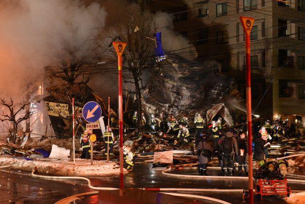 消防隊員が消火活動に当たる爆発現場=16日午後9時半すぎ、札幌市豊平区平岸