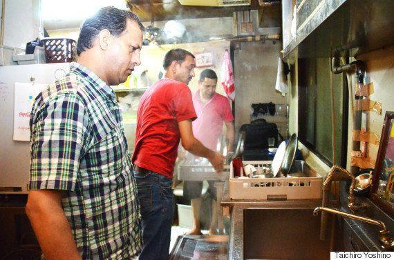 賃金未払いで解雇されたインド料理店員たちは、支払いを求めて店に留まり続ける