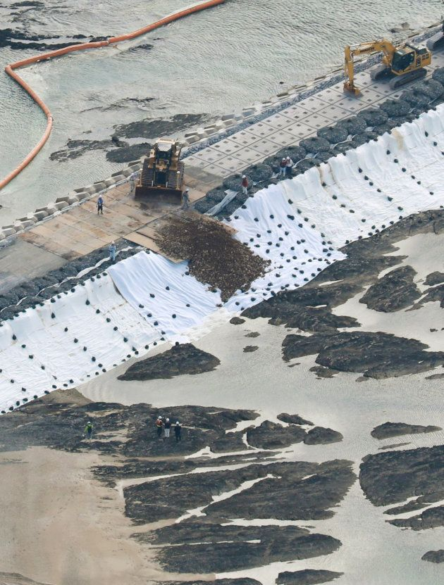 辺野古の埋め立て海域に投入される土砂=2018年12月14日午前、沖縄県名護市[時事通信社ヘリより]