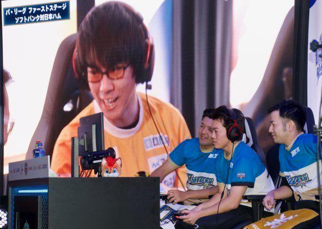 eリーグ代表決定戦でソフトバンクホークスと対戦する日本ハムファイターズ。右から二番目がJOY戦士選手。