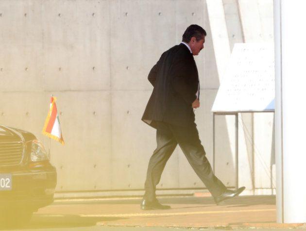 駐日レバノン大使館の車両から降り、日産のカルロス・ゴーン前会長が勾留されている東京拘置所に入る男性=2018年12月21日午前9時52分、杉本康弘撮影