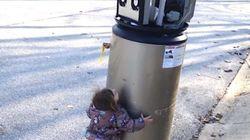 「ロボットさん、だいすき!」温水器を勘違いした少女の可愛すぎるハグ(動画)