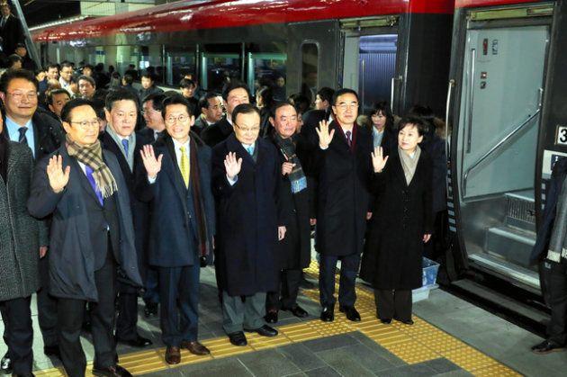 南北鉄道・道路連結事業の着工式に参加するため、ソウル駅から特別列車に乗って北朝鮮側に出発する韓国代表団(26日、韓国国土交通省提供)