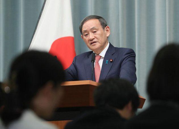 記者会見で国際捕鯨委員会(IWC)脱退を発表する菅義偉官房長官=12月26日、首相官邸