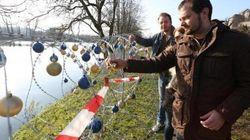 難民を阻む有刺鉄線にクリスマスの飾り付けで抗議 スロベニアの住民ら