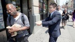 中国人の富豪、ニューヨークの貧困者に100ドル札を配る