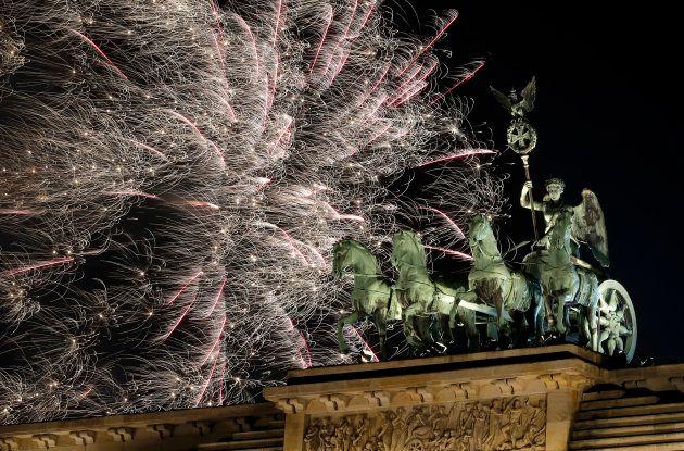 ドイツのベルリンでは、街のシンボルであるブランデンブルク門の上空を花火が飾った