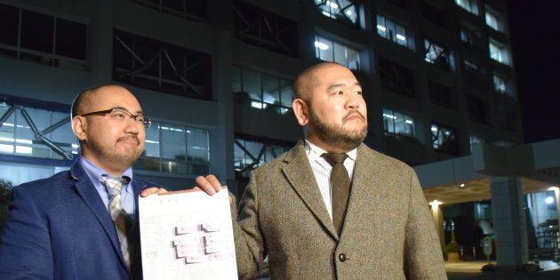 川越市役所に婚姻届を提出しに来た相場謙治さん(左)と古積健さん(44)