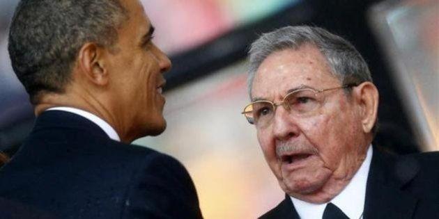 オバマ大統領とカストロ議長が異例の握手