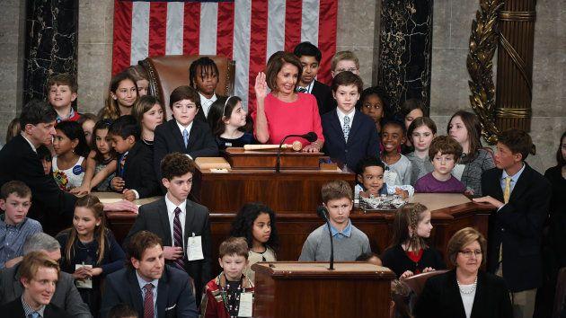子どもたちに囲まれながら宣誓するナンシー・ペロシ下院議長