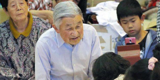 南阿蘇中学校の体育館に避難している住民に声を掛けられる天皇陛下=2016年5月、熊本県南阿蘇村