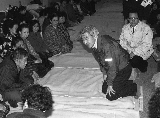 阪神大震災の被災地、淡路島を訪れ被災者に声を掛けられる天皇陛下=1995年1月31日