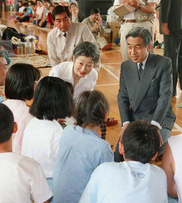 北海道南西沖地震で奥尻島を訪問した天皇、皇后両陛下=1993年7月27日
