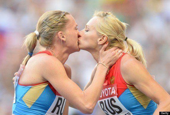 世界陸上の表彰台でロシア女性選手がキス
