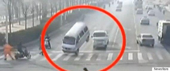 観光バスが猛スピードで追突、4人死亡 その瞬間をカメラがとらえた(動画)