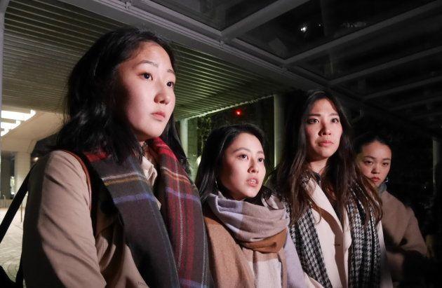 週刊SPA!編集部と女性蔑視として物議を醸した記事の特集について話し合いをした山本和奈さん(右から2番目)ら4人