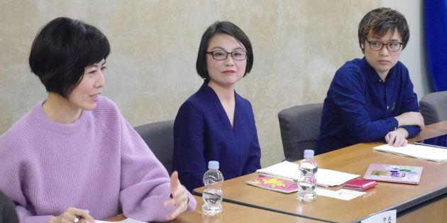 記者会見した小島慶子さん、永田夏来さん、荻上チキさん(左から)