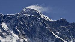 エベレスト「南西に3センチ移動」