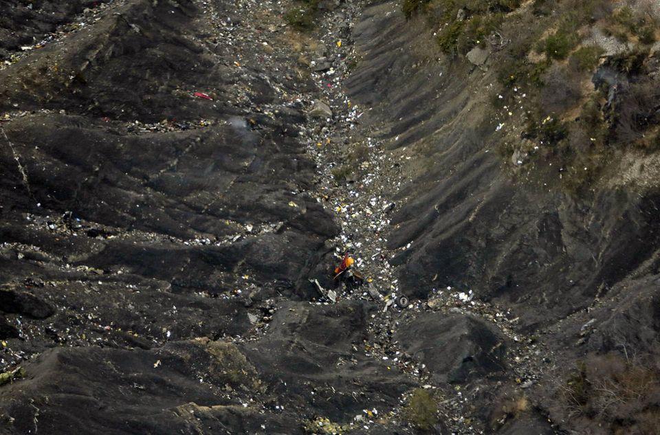 ジャーマンウイングス機墜落、残骸の破片が散らばる事故現場