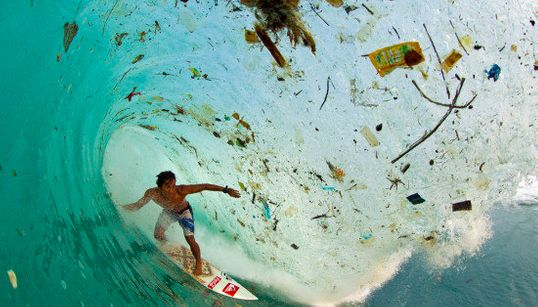 ゴミと一緒にサーフィン:ジャワ島の海(写真)