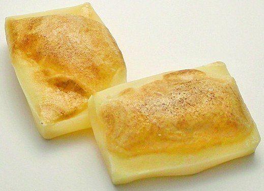 1枚100円。話題の「たまごバター餅」が、なんかノスタルジックでいい。