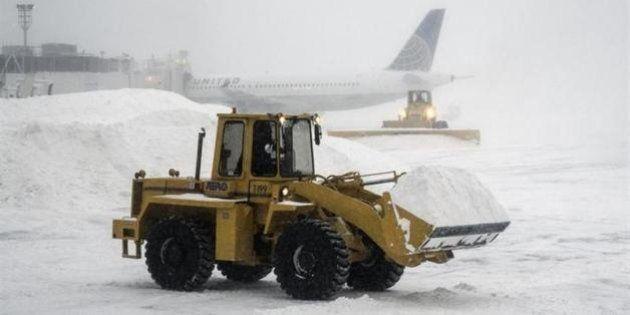 アメリカ北東部で記録的寒波の恐れ 大雪で空の便に欠航相次ぐ