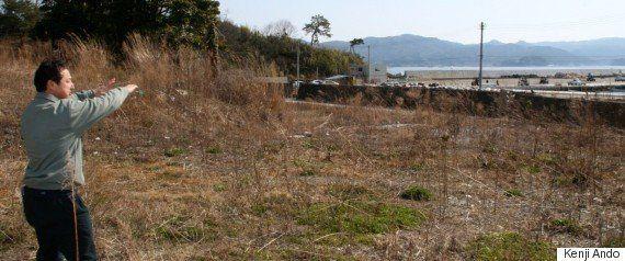 津波が来るまで経営した民宿「向」の跡地を案内する佐々木昌則さん