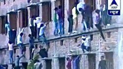 集団カンニング、親が学校の壁を登って生徒にカンニングペーパーを渡そうとする