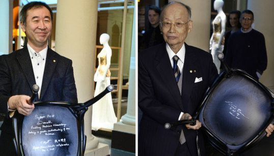 梶田隆章さんと大村智さん、ノーベル博物館で椅子にサイン(画像)