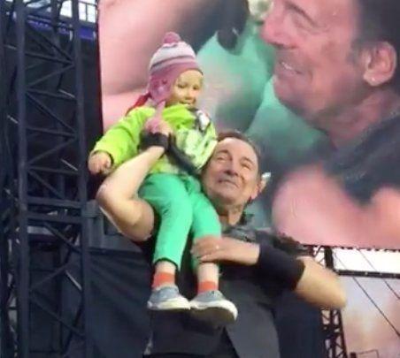 ブルース・スプリングスティーン、4歳の子供とステージで完璧なデュエット(動画)