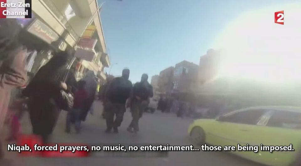 イスラム国の首都に潜入したシリア人女性、決死の隠し撮りに成功(動画)