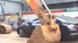 【動画】中国で工事現場に高級車を放置するとこうなる