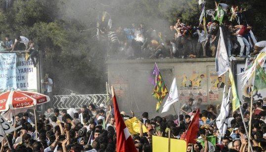 トルコ総選挙、野党の選挙集会で爆発 テロの可能性も(画像)