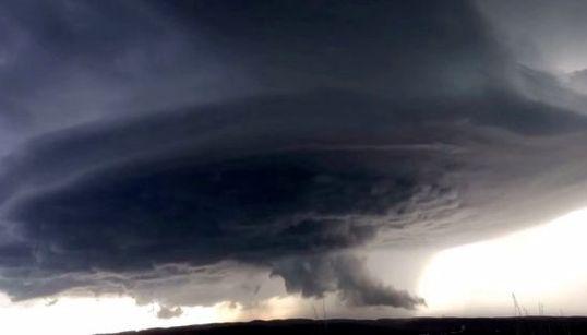 これは映画ではない。渦巻く嵐を間近で捉えた【動画】