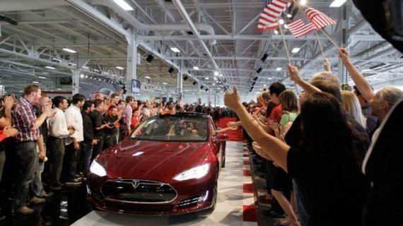 イーロン・マスクが、電気自動車の「充電切れそう!」不安症を解消する方法を教えてくれるらしい