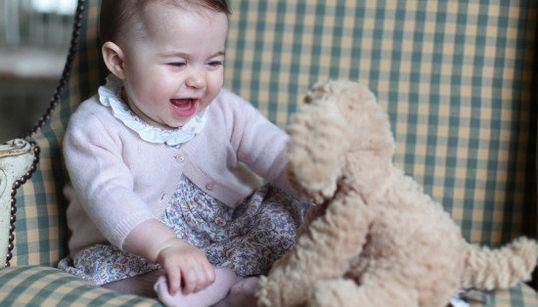 シャーロット王女、ぬいぐるみに笑顔 生後6カ月の写真を公開