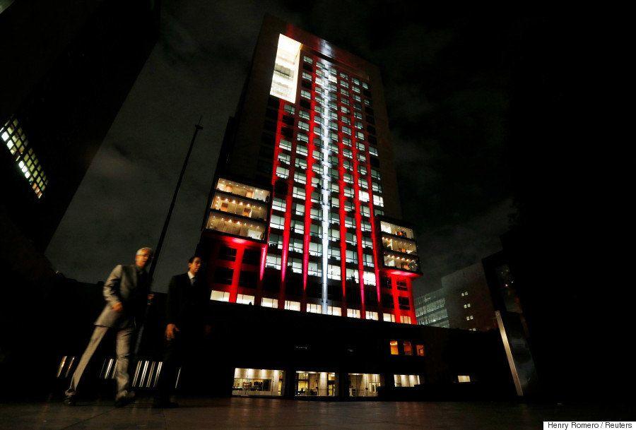 イスタンブールのテロを追悼 世界の建物がトルコ国旗カラーに(画像)