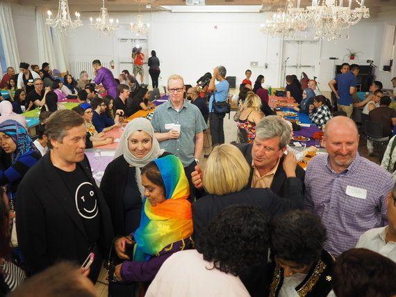 LGBTとムスリムが一緒になってラマダンの朝食を食べた