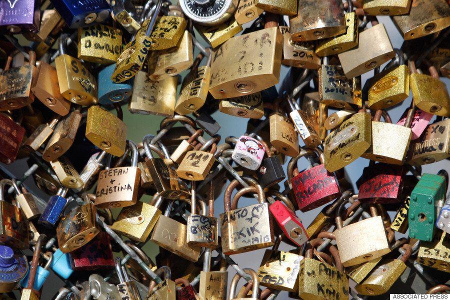 「愛の重み」で崩落の危機 パリのポンデザール橋、南京錠45トンを撤去